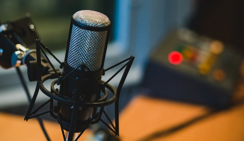 microphone recording legal podcasts to tune in